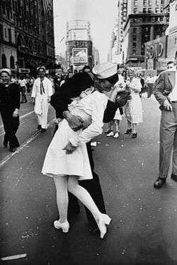 AE250px-Legendary_kiss_V–J_day_in_Times_Square_Alfred_Eisenstaedt